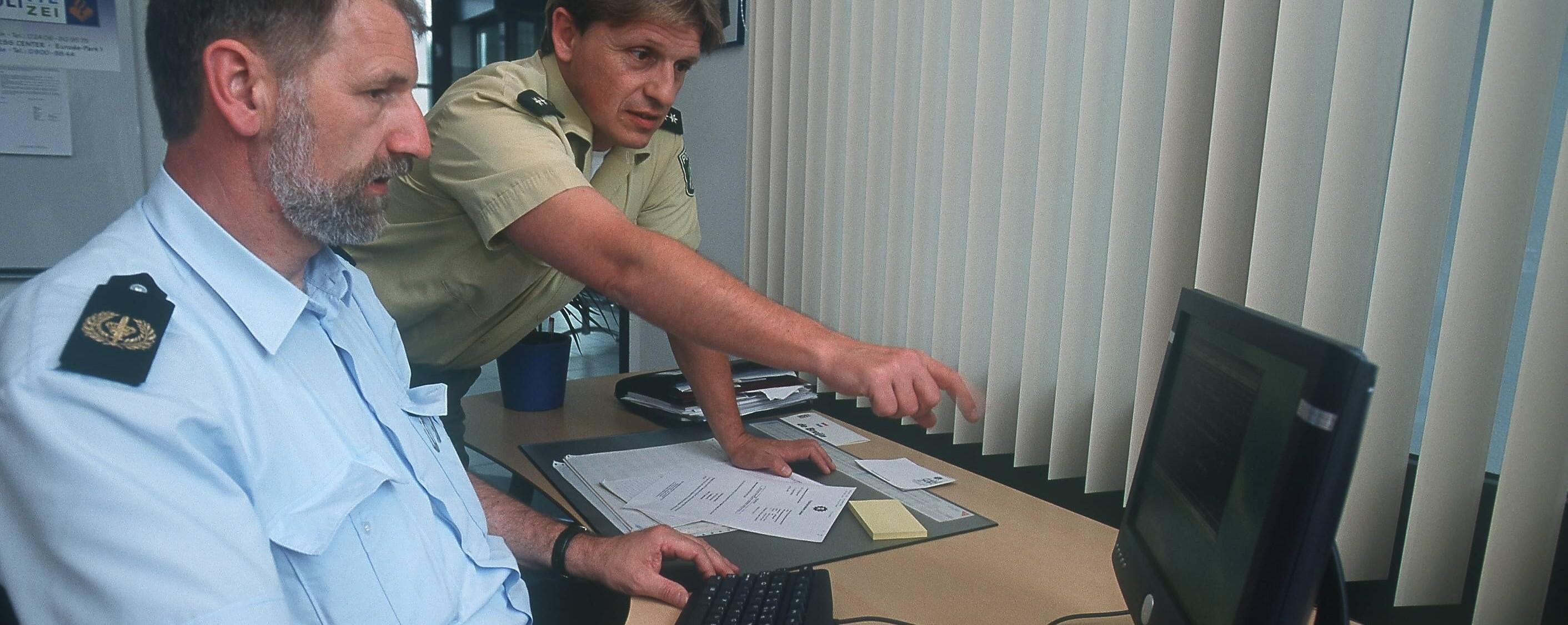 Was die Party-Polizei den ganzen Tag im Internet macht