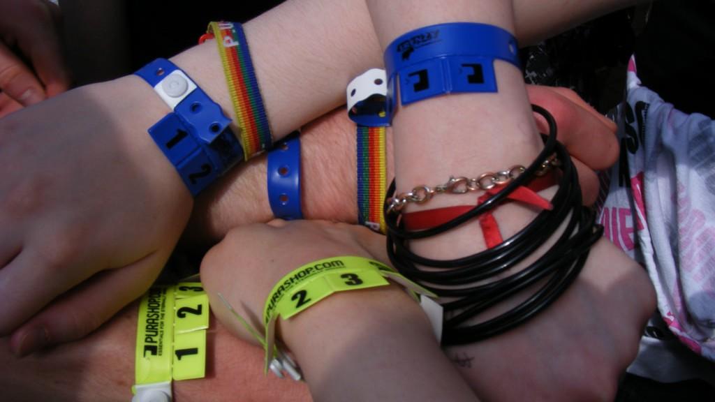 ¿Podría enfermarte la pulsera de un festival?