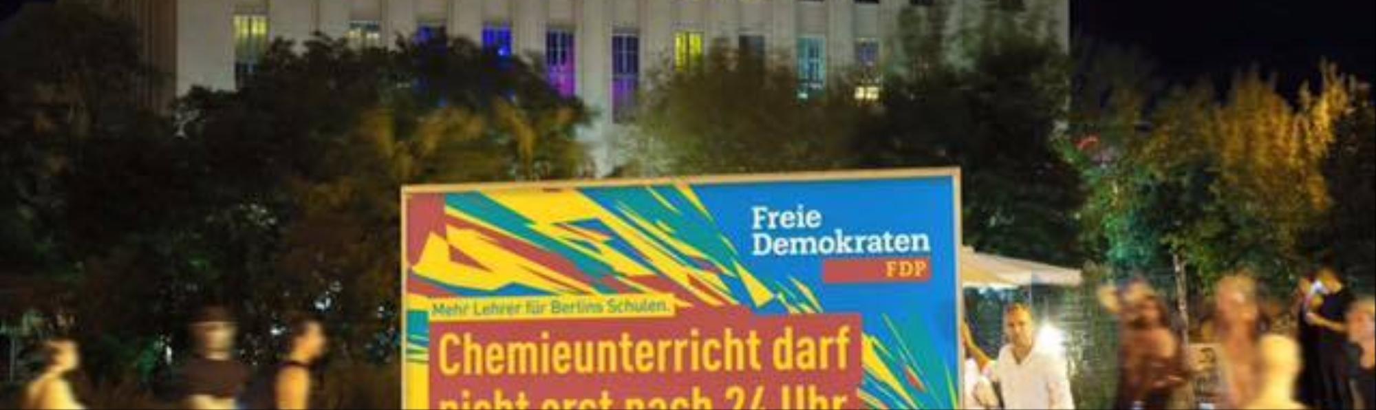 Bildung, Bass, Drogen: FDP wirbt mit Spezial-Plakat vorm Berghain