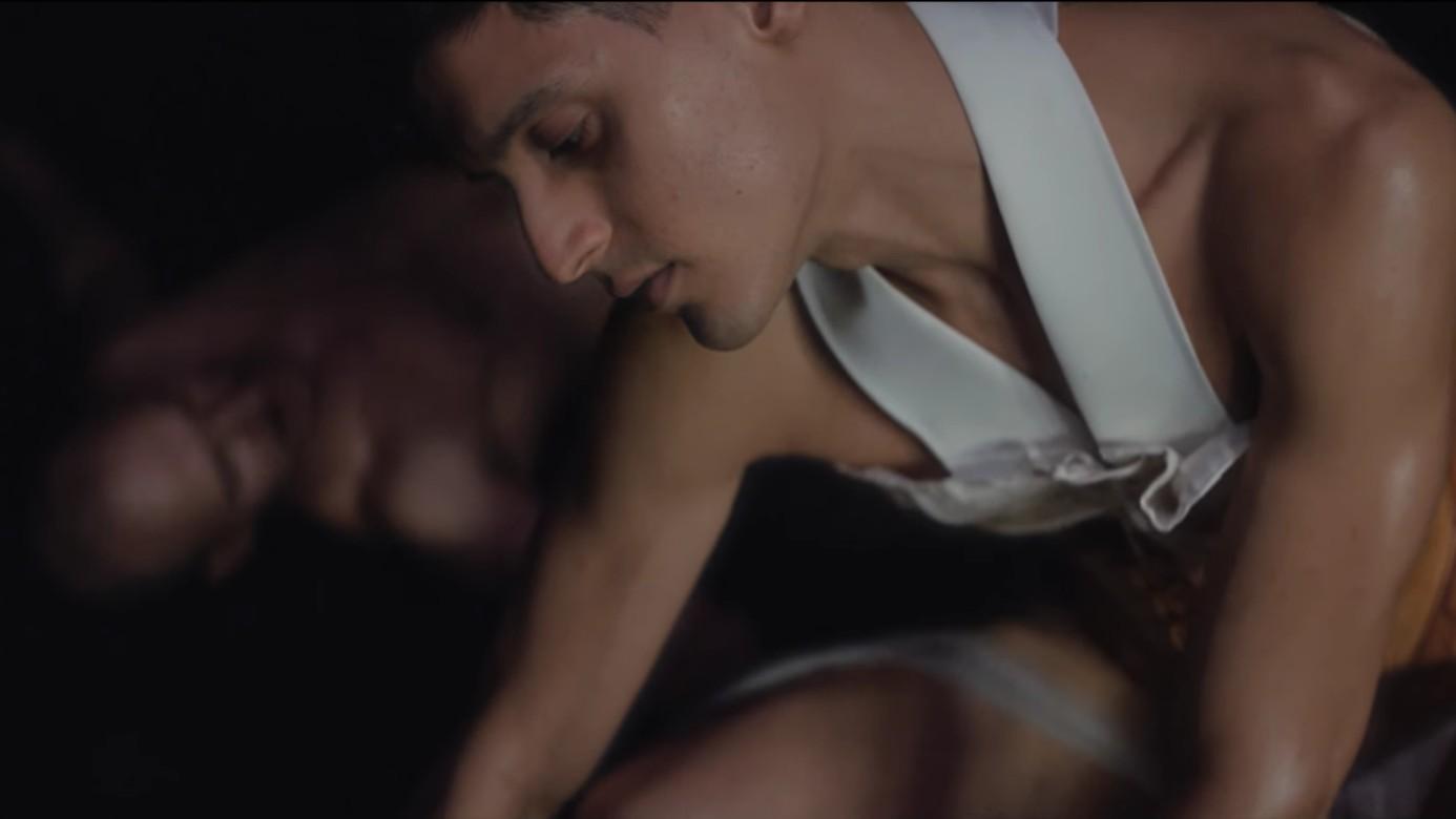 Arca heeft blote billen en een flinke jaap in zijn nieuwe clip