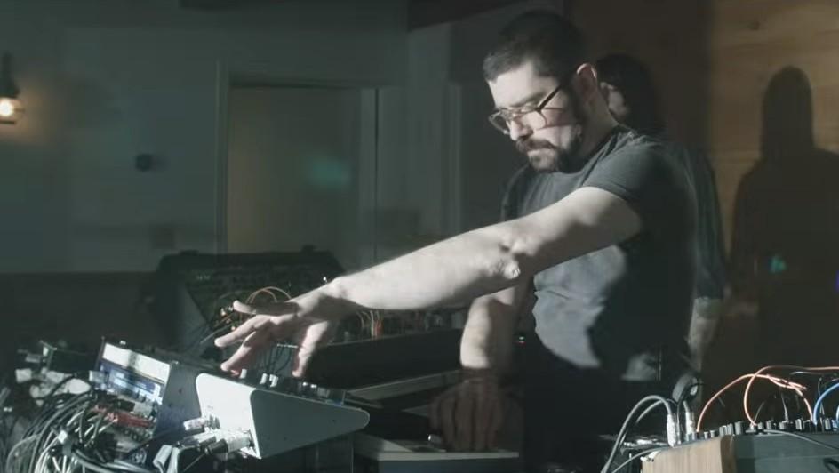 """El video de """"Party Line"""" de MSTRKRFT es una fantasia nerd"""
