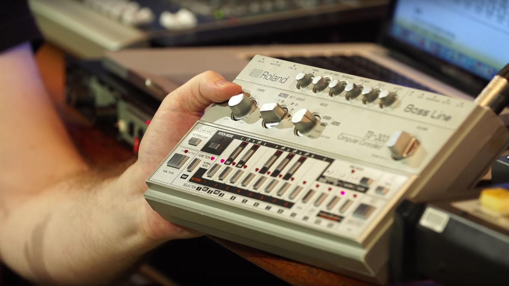 Mira la historia y el funcionamiento de la Roland TB-303